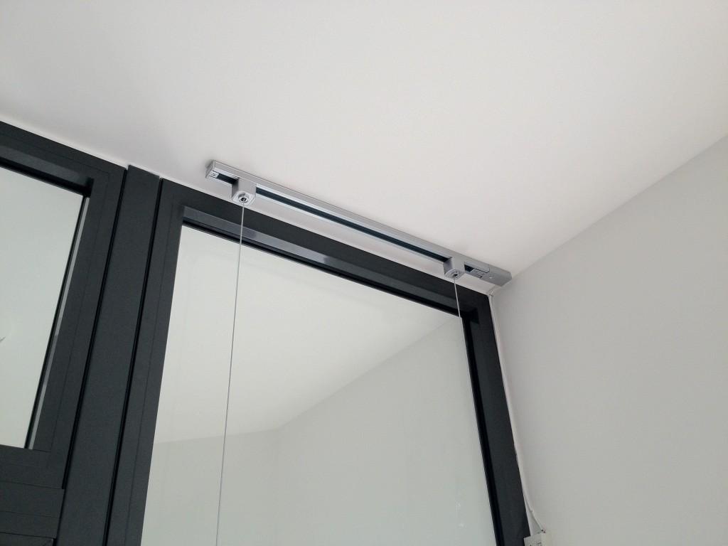 Rail avec 1 colonne de porte affiche led installée.