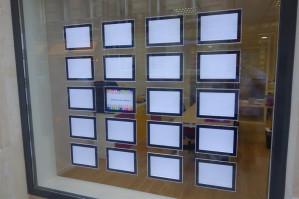 Déroulement de 2 installations de vitrines d'agences en porte affiche led